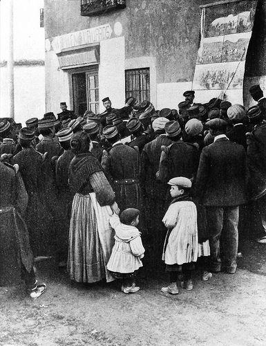 otras miradas 3.0: Lavapiés (Madrid) 15 de febrero de 1903 la guerra contra el moro.-  Madrid, barrio de Lavapiés, 15 de febrero de 1909. Un romancero explica de forma gráfica , ante un grupo de bravos soldados licenciados y paisanos civiles, los episodios más patrióticos de la guerra contra el moro.