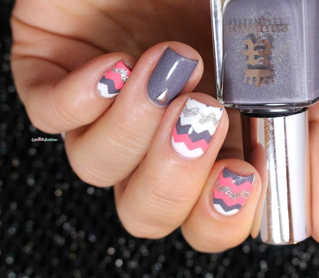 A England Wuthering heights // gray, pink and white chevron nail art