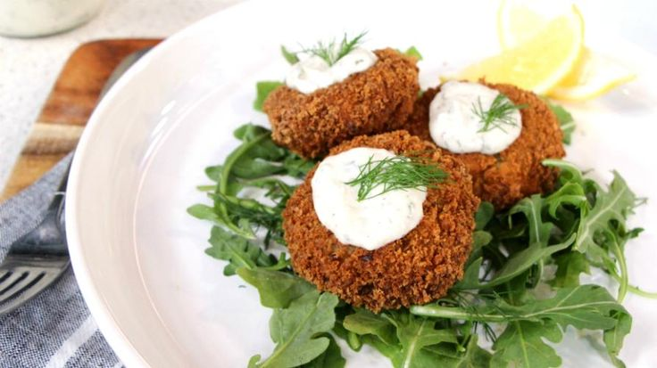Crispy vegan crabless cakes with dill aioli