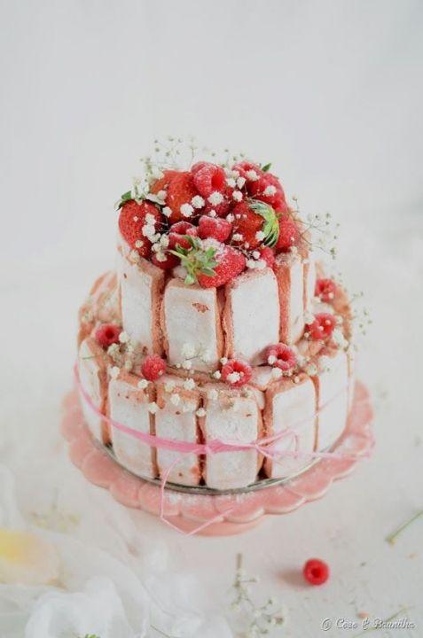 Pièce montée aux fraises style charlotte