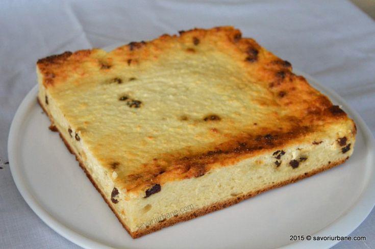 Prajitura cu branza de vaci - reteta simpla, din copilarie. Placinta cu branza dulce la tava, cu stafide, vanilie si coaja de lamaie. Umplutura cremoasa si