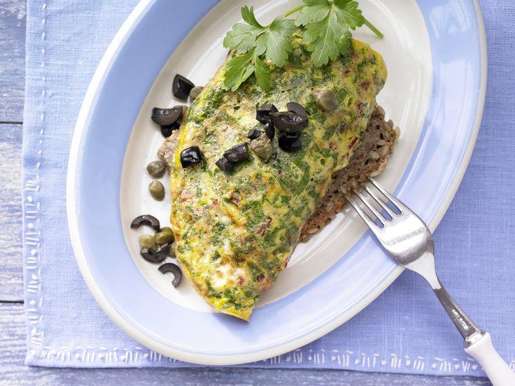 Tomaten-Omelett auf Kürbiskernbrot - mit Oliven und Kapern - smarter - Kalorien: 243 Kcal - Zeit: 20 Min.   eatsmarter.de