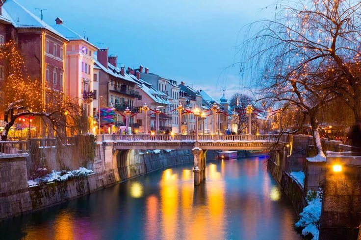 ロシアで最も美しい都市と名高いサンクト・ペテンブルグ。 街の中に大きな運河が流れているところから「北のベニス」と謳われることも多いこの街には、ユネスコの世界遺産に登録されている建造物がずらりと建ち並ぶ、歴史地区があります。 今回は、そんなロシアのサンクト・ペテンブルグ歴史地区についてご紹介していきましょう。  ヨーロッパ, ロシア アイディア・マガジン「wondertrip」