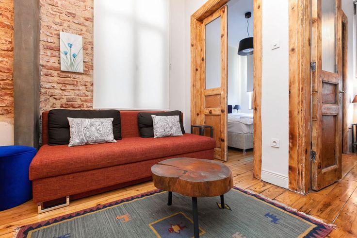 белые крашеные стены, деревянные проёмы и двери