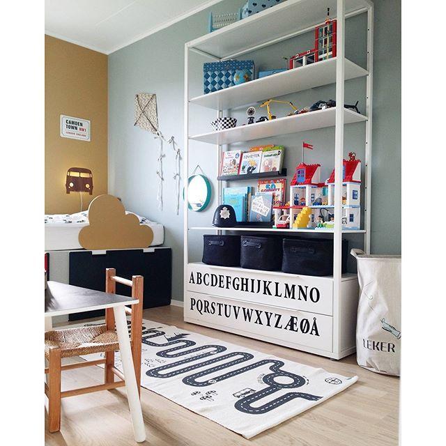 My latest thriftfind is this little desk to the left. It just need a little black paint on the top to fresh it up #thriftfind #gjenbruk #kidsroom #barneromsinspirasjon #kidsinterior #ikeastuva #kidsperation #ikea #oyoylivingdesign #bilteppe #alfabetet #jærstolen #diy #sengehest #fermlivingkids #lego #rom123 #boligpluss #barnerom #gutterommet #barnrum #barnrumsinspo #clasohlson