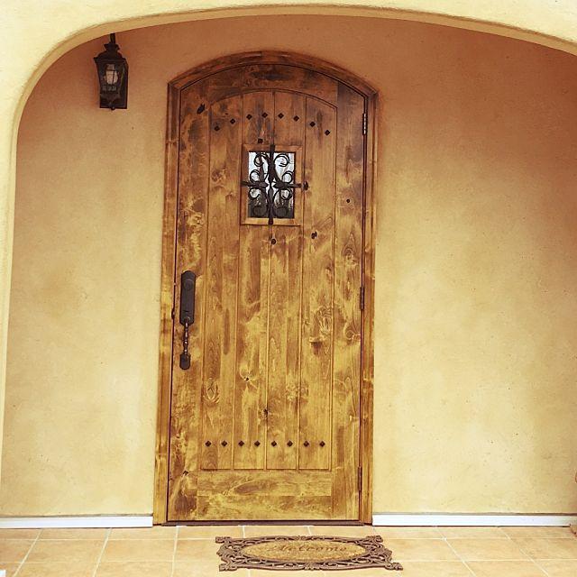 玄関 入り口 エイジング塗装 ドア 照明 新築 などのインテリア実例