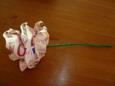 Deze geldroos heb ik gemaakt voor een bruiloft. Het is net iets origineler dan geld in een envelop geven. Gelukkig is het ook niet moeilijk...