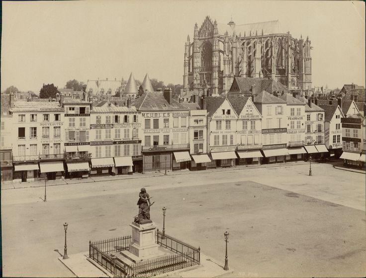 ND. France, Beauvais, place de l'hôtel de ville et l'église     #Europe #France_Nouveautés #France_Nouveautés