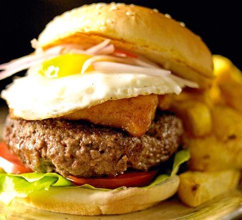 La hamburguesa peruana  Ingredientes:  Un kilo de bife ancho molido con su grasa un kilo de papas amarillas cortadas en bastones, precocidas