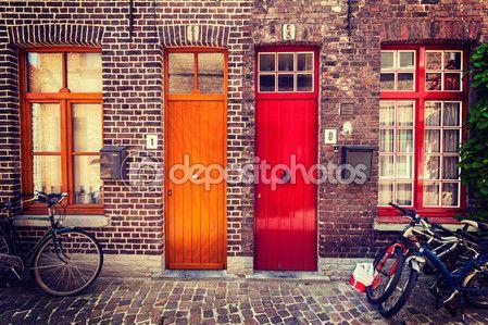Dveře staré domy, Bruggy, Belgie — Stock obrázek #57402439
