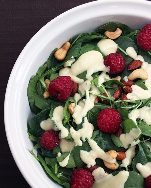 El aderezo de yogurt hará toda la diferencia en tu ensalada de frambuesas con espinaca. | 18 Deliciosas ensaladas para empezar a cumplir tus propósitos