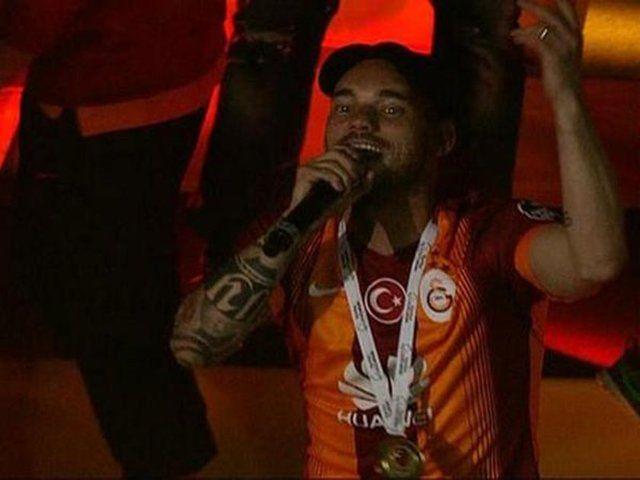 Wesley Sneijder AĞLAMA.. FENER AĞLAMA.. diyerek bütün Ali Samiyen ARENAYI çoşturdu.. :)