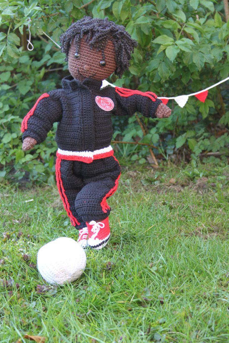 Haakpatroon van een mooie zachte knuffelpop. Voetballertje in Ajax tenue. Ajax trainingspak om te haken