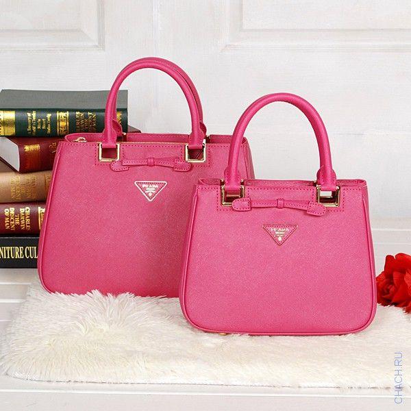 Яркая кожаная сумка Prada малинового цвета хит сезона