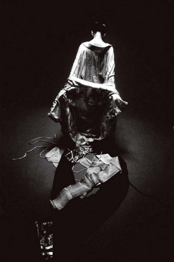 和服2号,拍摄 于1963年的作品。细 江英公的视觉语言神 秘和戏剧化,于是在当 时显得较为朴素简约 的文化背景下,他似乎 显得有点华丽而雕琢