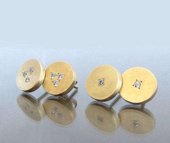 Diese Diamant-Ohrringe, 14k gold, sind zart und schön. In jedem Kreis gibt es eine Einstellung von 3 weiße Diamanten, jedes 0,0591 Zolldurchmesser (1,5 mm); 0,015 ct. Diese 14k können Ohrringe perfekt als Braut Ohrringe oder als ein Geschenk von Frau, Freundin Geschenk oder alltäglichen Ohrringe sein.  Diese Ringe sind erhältlich in 14k rose Gold, 14 k Gelbgold und 14 k White Gold. Sie können bestellt werden in entweder matt, glänzend oder zerkratzte Oberfläche.  Jeder Diamant: 0,015 ct…