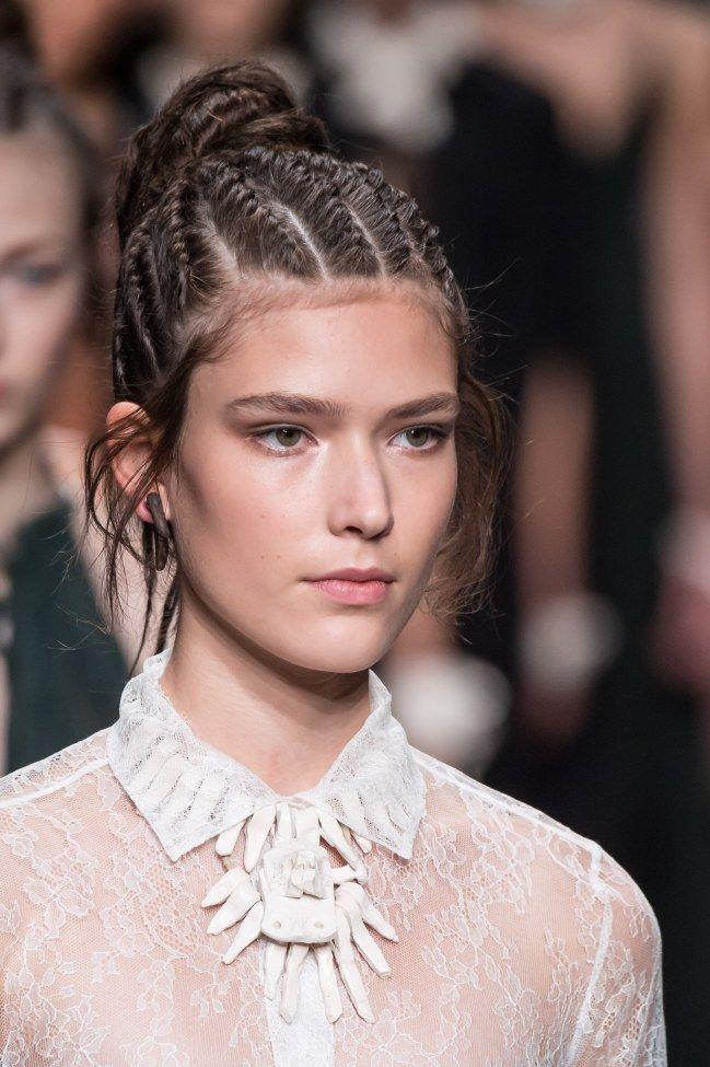 Tresses collées et chignon tressé - Fashion Week printemps / été 2016 - http://www.lothmann.com/nos-tendances-coiffures-inspirees-de-la-fashion-week-printempsete-2016/