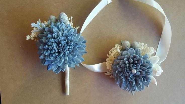 Este listado es compra de fto de mi Blush y colección Floral de pizarra Yo sola teñir flores en pizarra azul, luz azul, gris azul medio y Blush. Estos colores y combinaciones son personalizables.  Para el relleno utilizo crema marfil respiración de bebés secos. Acento a secas Dusty Miller, Brunia plata de secado.  Maneja envuelto en cinta de Satén marfil, guita o arpillera con un cordón alrededor de la tapa de la manija.  X-Small: 4 flores de 3-4 a través de parte superior-a partir de 32 $…
