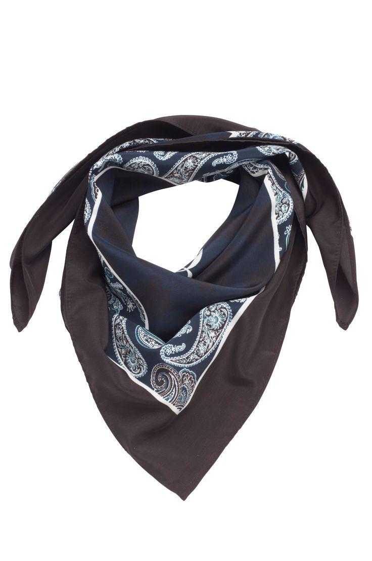 Tørklæde af blank satin med print. Trendy model der kan bruges både som hårbånd og rundt om halsen. Også flot at binde på tasken. Størrelse ca. 70x70 cm.