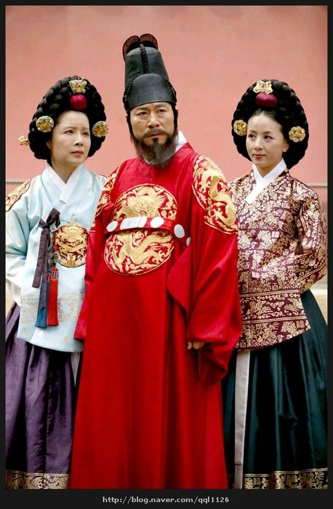 The King's Lady  (Hangul: 왕의 여자; RR: Wang-ui Yeoja) is a 2003 South Korean television series starring Park Sun-young, Jii Seong. It aired on SBS. Gwanghae, the child of a concubine, becomes the crown prince of Joseon. Court lady Kim Gaeshi helped him to asend the  throne. He loved her.