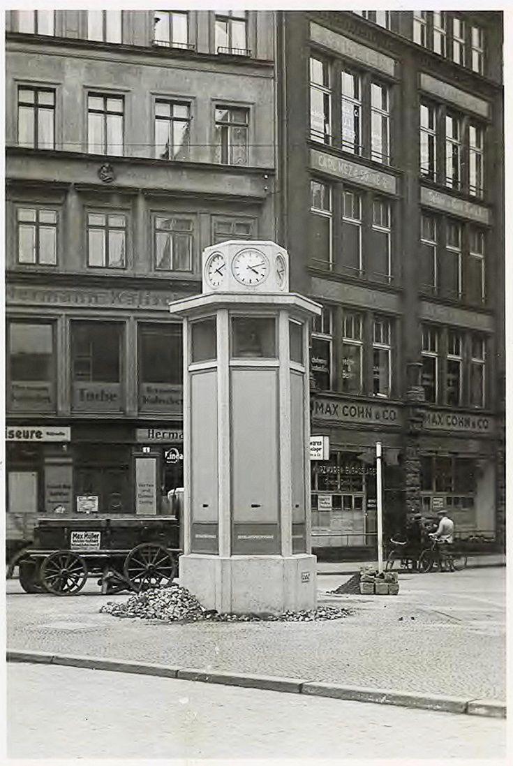 Opis zdjęcia: Wrocław, pl. Bohaterów Getta (Karlsplatz, 1945-1946 pl. Żydowski), róg ul. św. Antoniego (Antonienstrasse). Zegar uliczny (słup reklamowy, słup nagłośnieniowy – Reichslautsprechersäule). Na odwrocie fot. pieczęć: Baupolizei- Stadtbildberatungsstelle. Wymiary: 15 x 10 cm Rok 1938