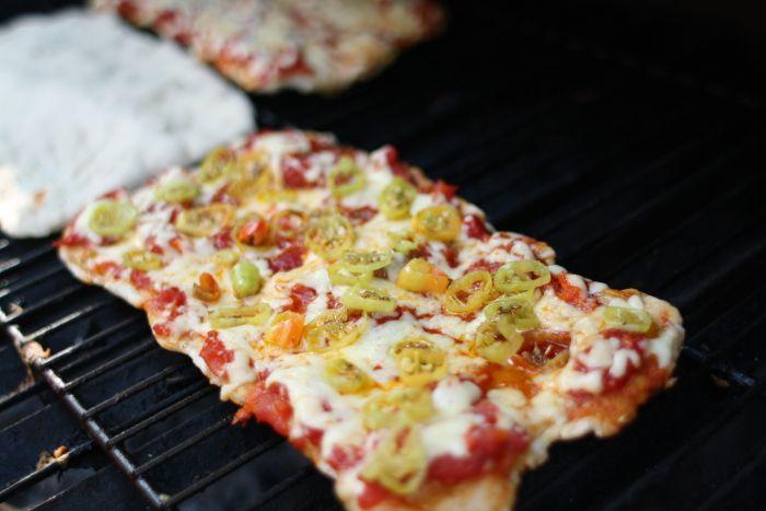 por Mariana y punto Me encanta hacer pizza y me encantan los asados, por lo que hacer pizzas a la parrilla ha sido el mejor descubrimiento de lo que va de este 2016. Para mi último cumpleaños una amiga me prestó el quincho de su edificio para hacer una pequeña celebración; yo tenía ganas de …