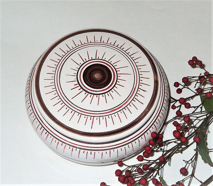 Grande bonbonnière rouge en faïence peinte à la main dans mon atelier situé en France, proche de Paris. Bonbonnière ronde de couleur rouge vif.http://www.xn--ceramiquefloaug-pnb.com/bonbonnieres-bonbonniere-rouge-gm.html