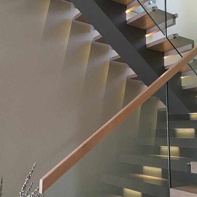 Never look back or you'll fall down the stairs☝️ Så fornøyde med trappa vår fra @nytrapp.no! Et hav av muligheter med farger og materialer. Vi har valgt midtvange i samme farge som peisen, og trinnene er innfarget etter gulvet __________________ #stairs #staircase #interior #interiordesign #designhome #modern #modernhome #instadesign #nordiskehjem #nordicdesign #skandinaviskehjem #hltips #boligdrøm #boligpluss #boligplussminstil #interiørmagasinet #myhome #myhomestyle #kkliving #abi...