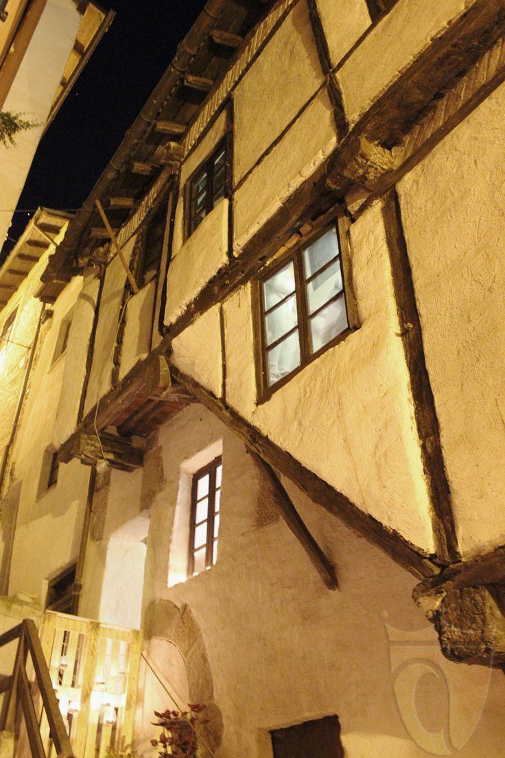 """La """"casa gotica"""" ad #Arquata Scrivia è un insolito e antico edificio (presumibilmente del XIV secolo) realizzato con la struttura verticale portante in legno. Questa tecnica costruttiva è piuttosto rara in Italia mentre e più diffusa in nord Europa. Tuttavia la casa di Arquata stupisce anche per l'ottimo stato di conservazione.  http://www.vinicartasegna.it/arquata-scrivia-medioevale-casa-gotica"""