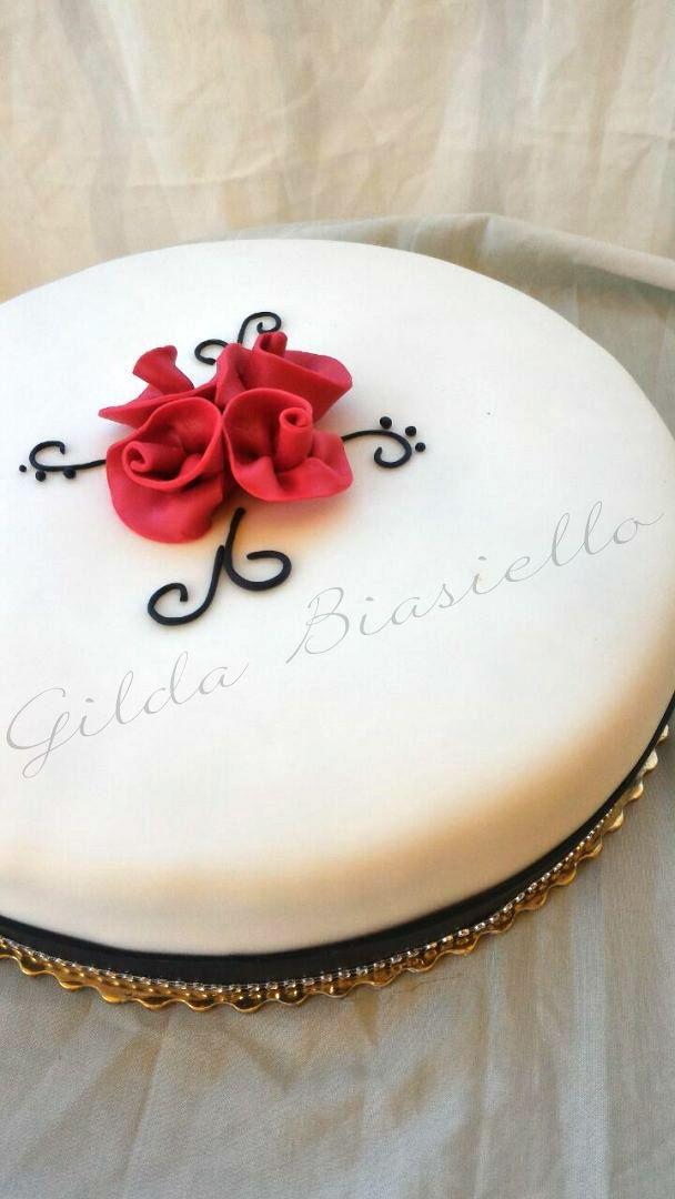 Torta  in pasta di zucchero bianca decorata con rose rosse per compleanno donna