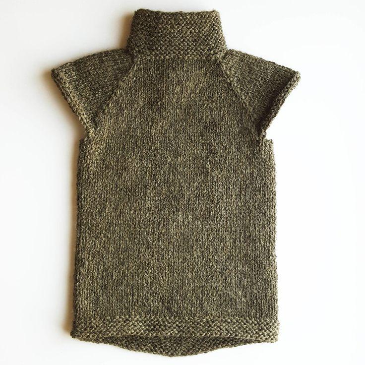 Fridavest En enkel og myk vest som strikkes raskt på tykke pinner. Varmer godt på bryst og hals for å unngå syke barn. Vesten strikkes ovenfra og ned, og er lett å endre uttrykk på med for eksempel struktur på skuldrene. Knappeåpningen kan være både foran og bak