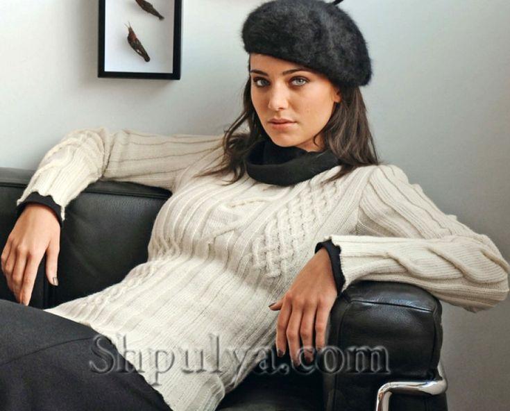 Белый рельефный пуловер спицами