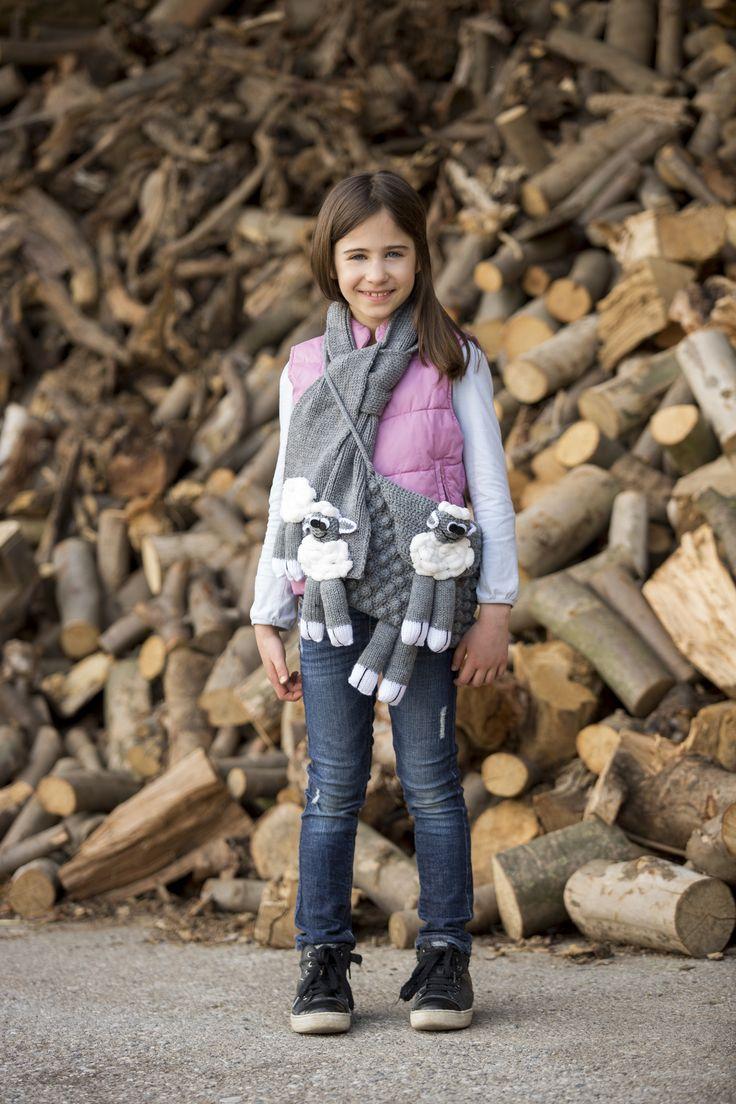 Simpatica e alla moda, borsetta e sciarpa coordinata con la pecora Lella dello Zoo di Mondial! #lella #zoomondial #filato #lanemondial #mondial #newcollection #yarns #knitwear #baby #bambino #fashion #style #knit