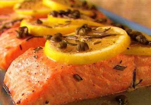 Сочный и нежный лосось с лимоном запеченный в духовке. Станет коронным блюдом Вашего стола. Быстро и вкусно! Потребуется:  1 стейк лосося Несколько долек лимона Приправы по вкусу (перец, сушеный бази…