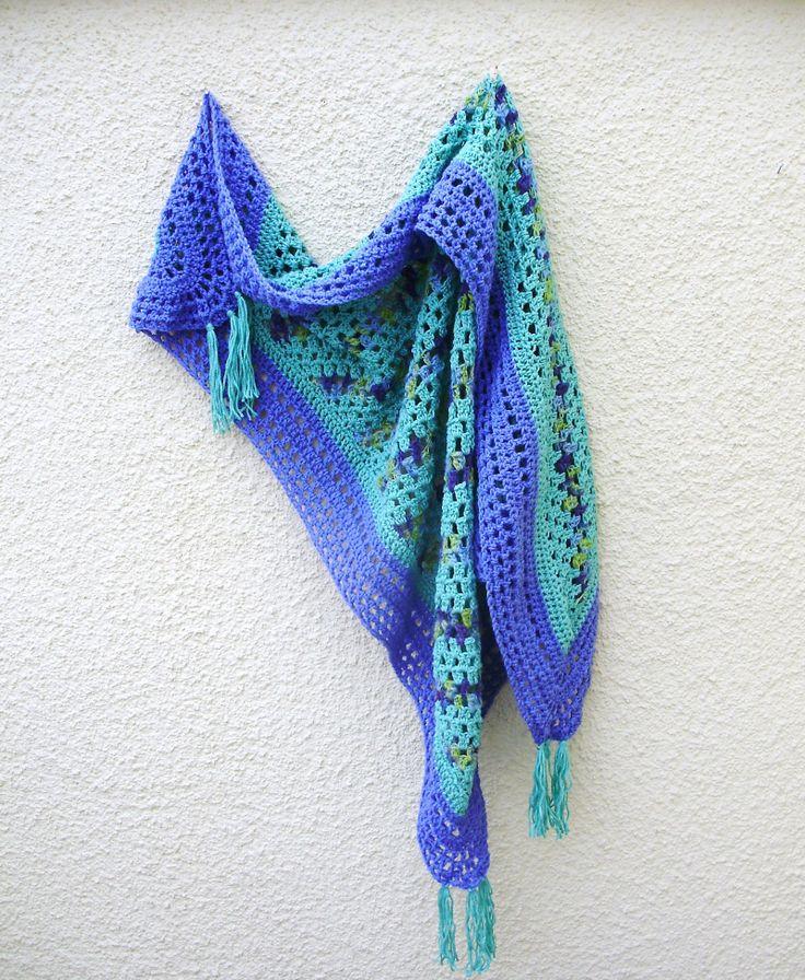 Háčkovaný šátek/pléd - s ručně barvenou vlnou Velký trojúhelníkový háčkovaný šátek, s třásněmi v rozích. Ideální na chladná rána a studené večery :) Na výrobu použité směsové příze - světle fialová a světle zelená (tyrkysová). Melírované části jsou zručně barvené vlny z dílny odDecidy. Rozměr cca 150 x 120 x 120 cm.