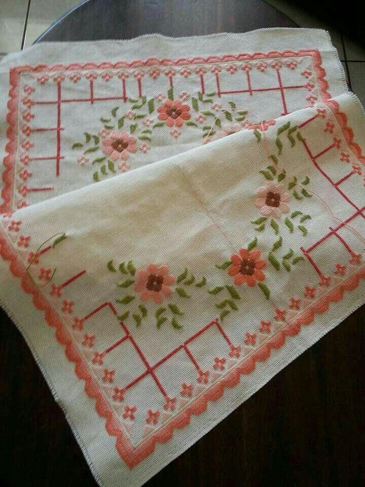 Camino de mesa bordado con Rosas