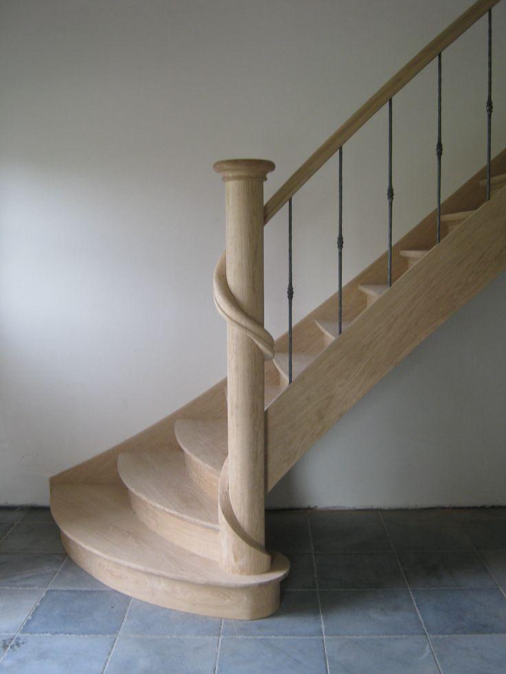 Eiken trap met leuning rond hoofdkolom geslingerd landelijke trappen met smeedijzer - Gang met trap ...