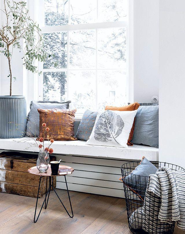 Heerlijk stoere zitplek in je vensterbank! Mooie combi van wit, grijs en koper. Hier komen die leuke retro spullen helemaal tot hun recht.