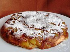 Gâteau aux pommes à la poêle 1 verre rempli à ras de farine - 1 cuillère à café de levure chimique - 1/2 verre de sucre en poudre + 2 cuillères à soupe - 1/2 verre de lait - 1 cuillère à soupe de rhum - 2 oeufs - 2 pommes - 2 noisettes de beurre - Sucre glace (facultatif)