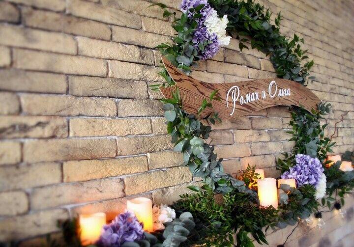 Wedding decor Свадебный декор президиума Венок выполнен из живой зелени с добавлением искусственной гортензии, ретрогирлянды loft, электронных свечей Loft Декор кирпичной стены на свадьбе Оформление стены на свадьбе #IKRAdecor