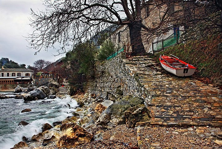 Damouhari beach is a lovely, natural little port situated on the eastern coast of#Pelion. It can be reached by boat from Aghios Ioannis and Mylopotamos, or on foot from the road coming from Tsagarada#Greece