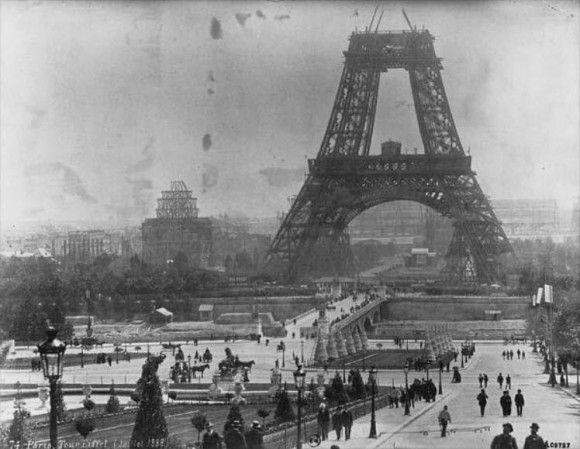 La Torre Eiffel en plena construcción.
