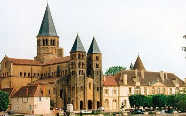 In Borgogna per visitare il Santuario di Paray-le-Monial Una vacanza in Borgogna per visitare il Santuario Paray-le-Monial dedicato alla commemorazione del Sacro Cuore di Gesù e tutti gli altri monumenti religiosi di grande pregio situati in questa cittadi #vacanze #turismo #cultura