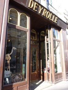 In diesem Geschäft für Tierpräparation in der Rue du Bac ist Kate oft mit ihrer Mutter gewesen. Für Kate ist das Geschäft wie eine Art Zoo, mit dem Unterschied, dass alle Tiere tot sind. Aus Angst vor einem Zusammenbruch traut sich Kate seit dem Tod ihrer Mutter jedoch nicht mehr in das Geschäft.