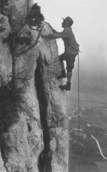 """Depuis 1905, ce passage des Varappes porte le nom de Tricouni, surnom de Félix Valentin Genecand (1879-1957), grand sportif et inventeur des clous """"Tricouni"""" ; jusque dans les années 1915/1920, les clous à tête ronde et les """"ailes de mouches"""" furent utilisés pour ferrer les semelles de cuir des chaussures d'escalade. Au Canada, une montagne dont la forme rappelle celle des trois cônes de la ferrure est baptisée """"Tricouni Mountains"""". Le mot """"varappe"""" apparaît en 1920 dans le dictionnaire…"""