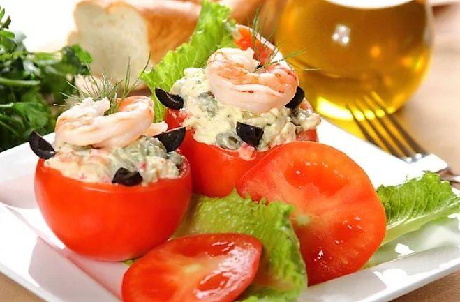 Креветки довольно часто используются в приготовлении салатов и закусок. Сегодняшний рецепт салата отличается эффектной подачей. Салат из креветок в помидорах - изыскано и невероятно вкусно. Попробуйте!   #35 минут #6 порций #Закуска #Легко #Праздничное меню #салат