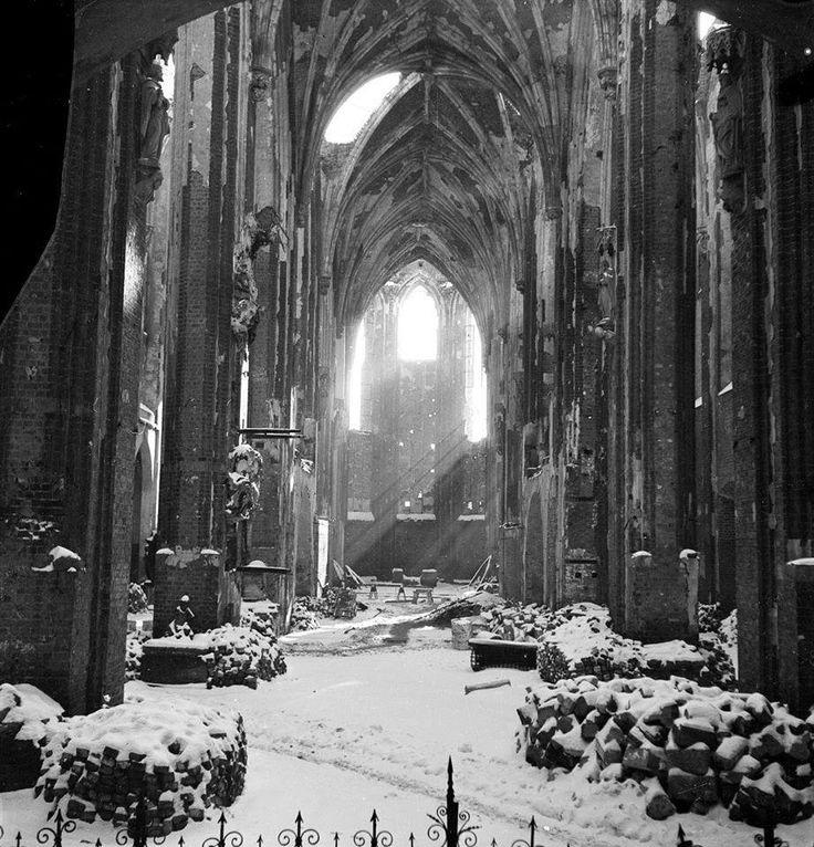 Winter 1947-1948, Wrocław Ruins of the Church of St Mary on Piasek Island Fot. Bronisław Kupiec