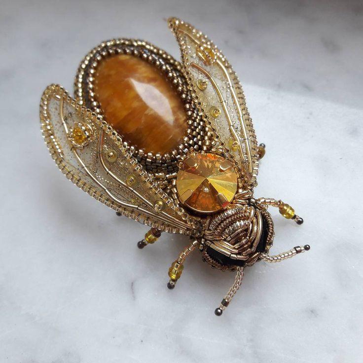 Брошь Пчела Солнечная с симбирцитом и кристаллом Сваровски, вышитая японским бисером, пайетками и канителью. Весенняя история начинается...❤ #брошь #пчела #брошьскабошоном #брошьссимбирцитом #вышитаяброшь #вышитаяпчела