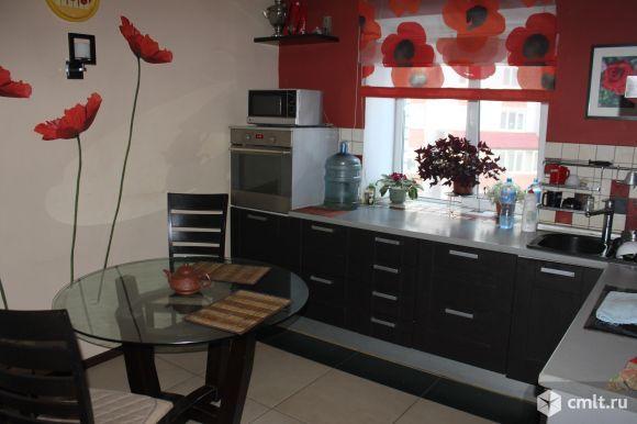 Кухня 13 кв.м в черно-красных тонах, в трехкомнатной квартире