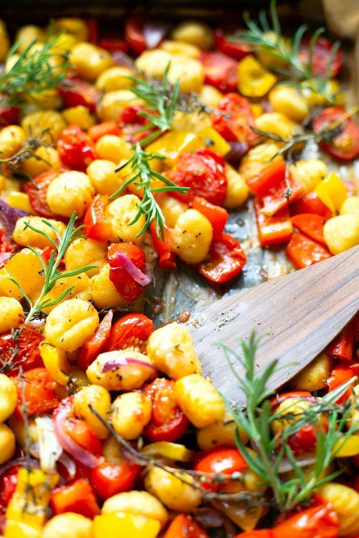 Eine Dose Gnocchi mit Paprika, Tomaten und roten Zwiebeln